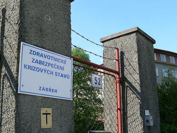 Prázdný areál krizové nemocnice vZábřehu se ukrývá na vysokým plotem a hradbou stromů