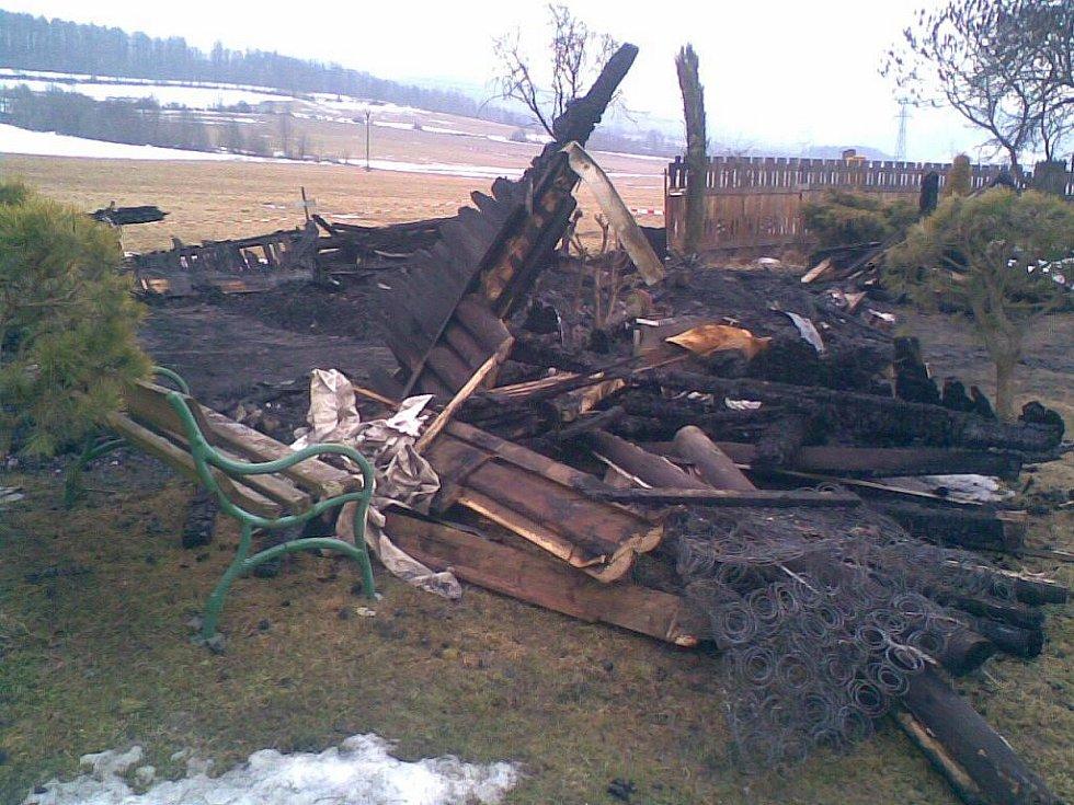 Takhle vypadalo místo, kde stála chata, po požáru