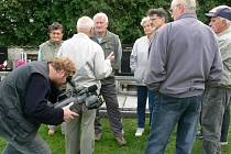Závěr televizního dokumentu natočili jeho tvůrci loni v září během odhalení pomníčku v Leštině.