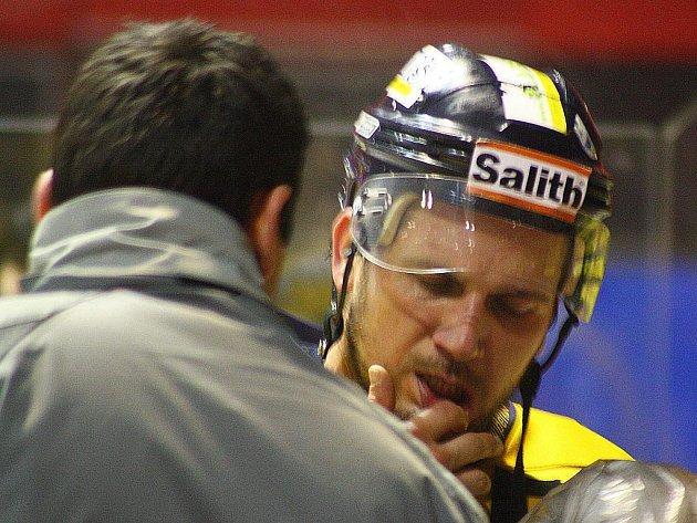 Aleš Holík s bolestivou grimasou během utkání v Prostějově