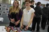 Studentky oboru grafický design se svými výrobky, z jejichž prodeje pomohly Dětskému centru Pavučinka.
