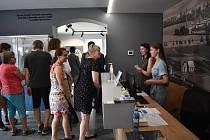 Muzeum rapotínské sklárny při slavnostním otevření.