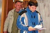 Bývalí příslušníci cizinecké policie Stanislav Oprchal (vpředu) a Tomáš Závada odcházejí od soudu