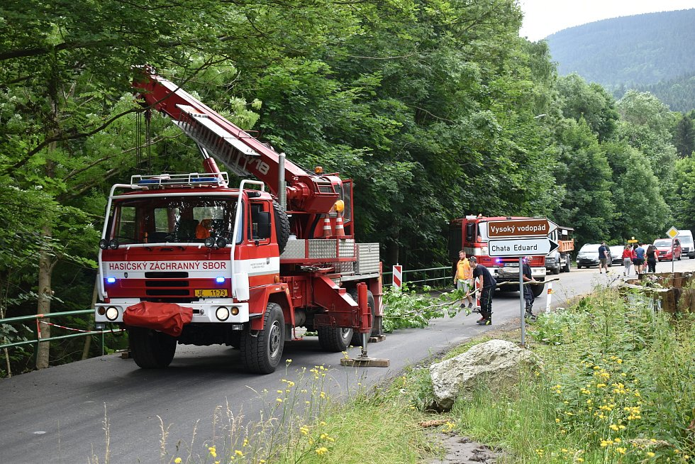 Téměř zrekonstruovanou silnici v Bělé pod Pradědem v některých místech poničila letos v létě blesková povodeň.