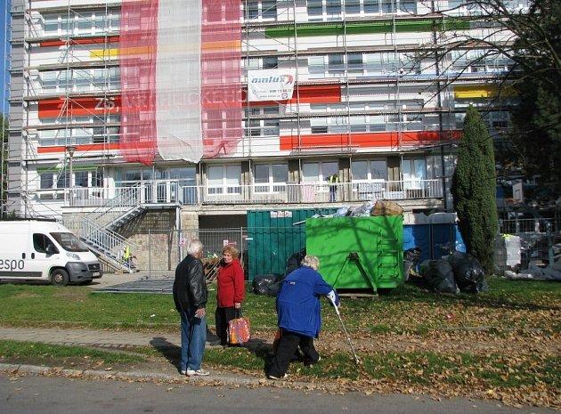Základní škola ve Verchlického ulici se zatím lešení nezbavila.