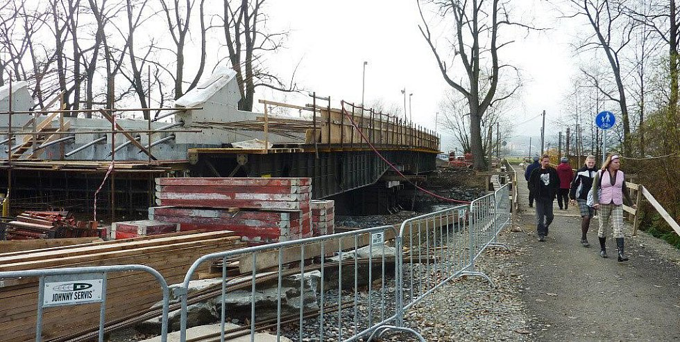 Dvanáct hodin denně, a to včetně víkendů a svátků, pracují dělníci na stavbě nového mostu přes řeku Moravu v Leštině