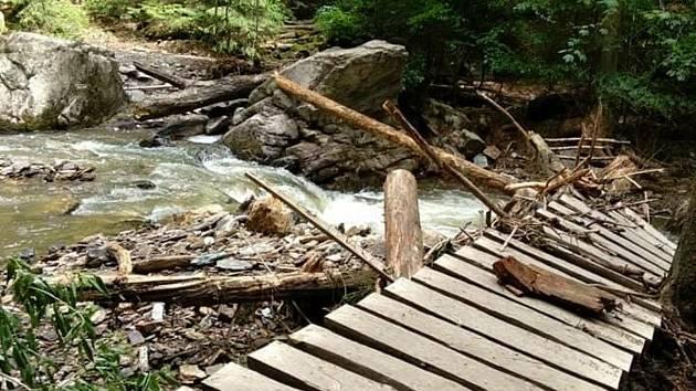 Po nedělní povodni jsou neprůchodné stezky v národní přírodní rezervaci Rešovské vodopády.