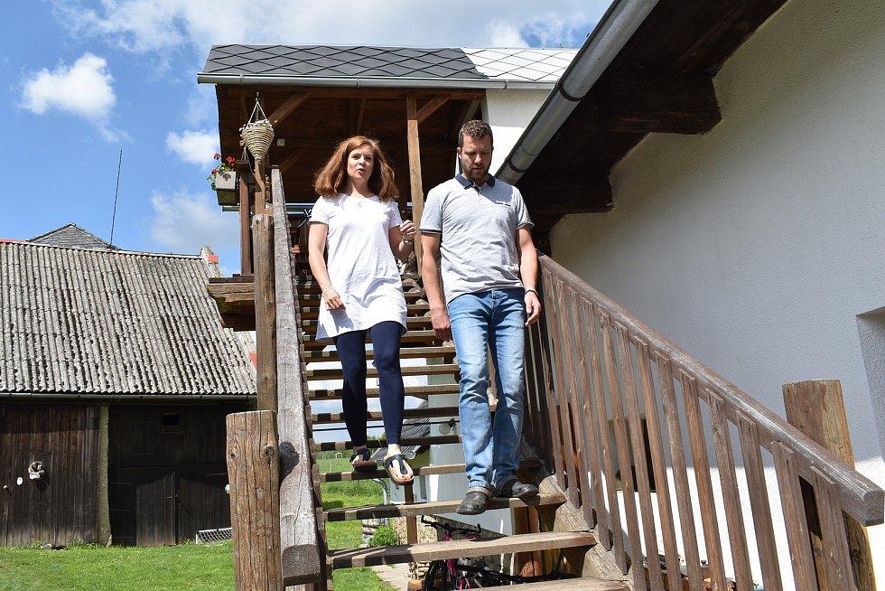 Pavel a Hanka Nýdrlovi provozují ve Staré Červené Vodě kozí farmu.