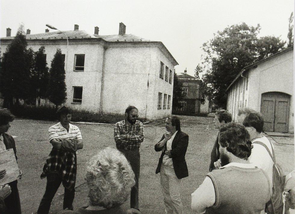 Komise architektů v areálu šumperských kasáren začátkem 90. let. Vpravo bývala hlavní brána do objektu.