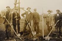 9. PRACOVNÍCI VTĚŽKÝCH ČASECH. Sázení stromů na obecním pozemku u cihelny 28. března 1930. Snímek spadá do doby hospodářské krize, která těžce postihla zejména pohraničí.