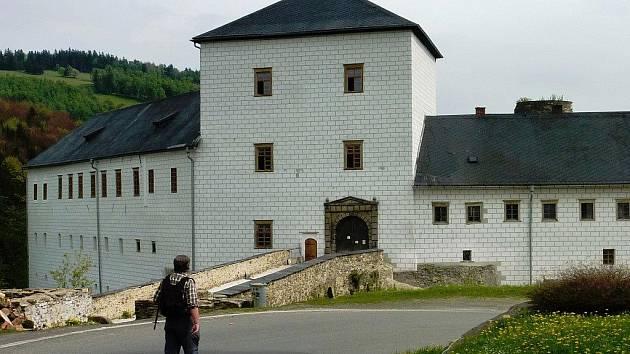 Přední křídla zámku v Branné mají novou fasádu a nová okna