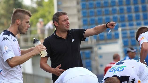 Kouč Slovácka Svatopluk Habanec při poradě s hráči