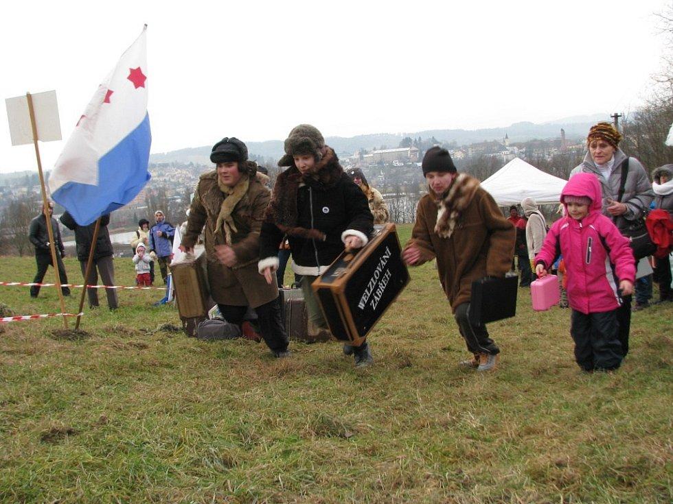Nezbytnou výbavou účastníků Welzlova běhu je kufr, mnozí přišli také v různých maskách připomínajících polárníky.