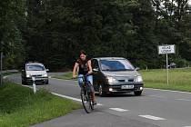 Dvojitá zatáčka u zámku mezi Rapotínem a Velkými Losinami je kvůli husté automobilové dopravě pro cyklisty nepříjemná.