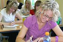 Studenti Obchodní akademie v Šumperku během písemné maturity z češtiny