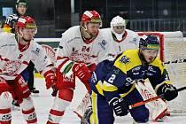 Patrik Husák (č. 24) v dresu Frýdku-Místku během utkání na ledě Šumperku.