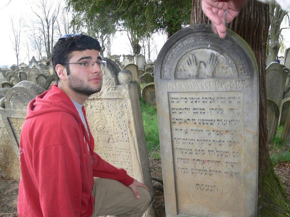Jesse Berkson navštívil spolu se skupinou studentů židovský hřbitov v Úsově.