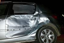 Rozbitý peugeot po nehodě opilé řidičky v Lošticích