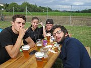 Na pivních slavnostech v Nemili se 13. července v pití piva utkávali nejen muži a zdatně jim sekundovaly i přítomné ženy.
