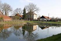 Náves obce Hrubý Jeseník na Nymbursku.