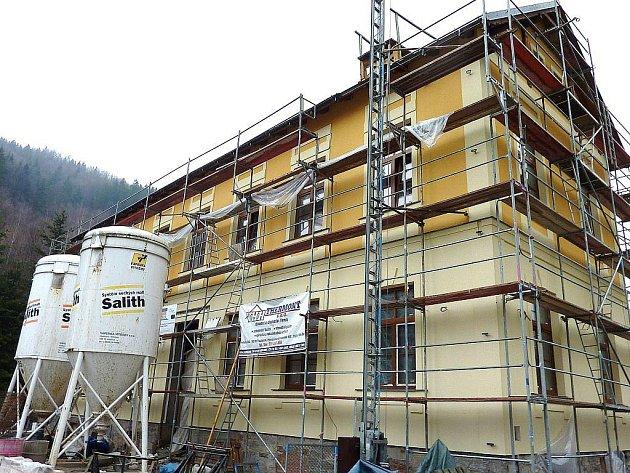 Opuštěná školní budova u pivovaru v Hanušovicích se už v září dočká nového využití. Bude z ní pivovarnické muzeum a restaurace