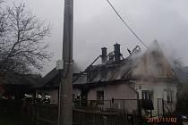 Rodinný dům hořel v sobotu 2. listopadu ve Vikýřovicích. Oheň zničil celou střechu a asi polovinu obytných místností.