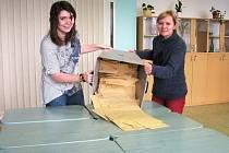 Vysypávání urny s hlasy referenda o Wanemi v Zábřehu.