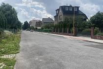 Na jedné straně nový chodník, na druhé zarostlý lebedou k nepoznání. Tak vypadá Čičákova ulice v Šumperku.