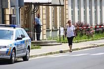 Policista hlídá vchod do úřadu práce v ulici Lidická, úterý 18. června kolem třinácté hodiny.