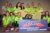 Vítězné družstvo dívek šumperského gymnázia, vlevo je olympiská vítězka Barbora Špotáková.