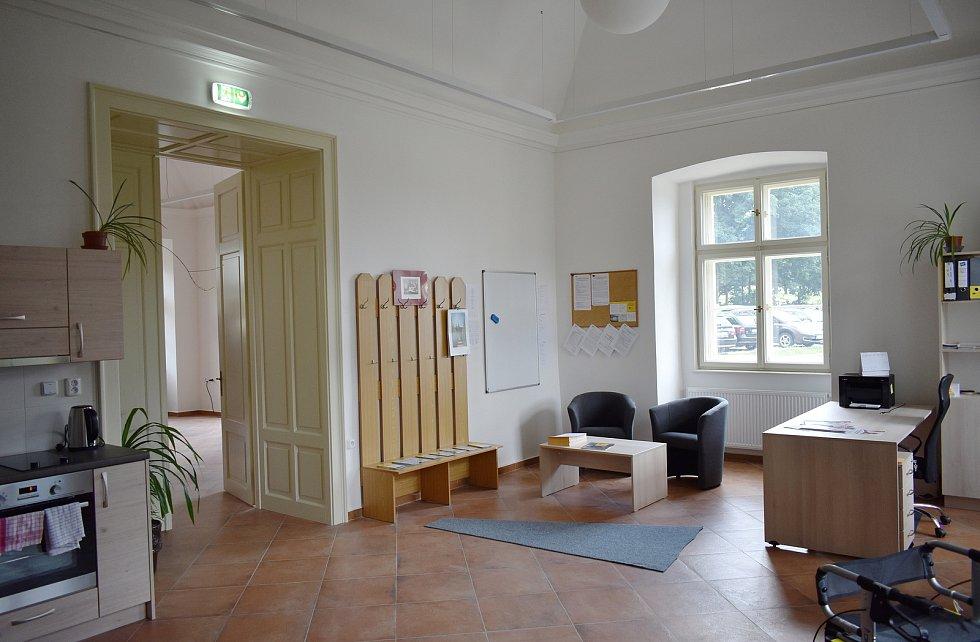 Slavnostní otevření rekonstruovaného zámku Třemešek u Dolních Studének. Prostory pro neziskovou organizaci Pontis.