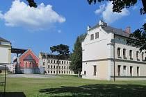 Prostor mezi budovami v areálu bývalého kláštera na ulici Průchodní v Jeseníku stavbaři během několika měsíců přiblíží vzhledu známému z historických fotografií.