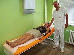 Pacient si před spaním sám přístroj upevní na zápěstí, podobně jako hodinky.