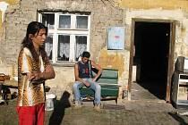 Vsetínští Romové vystěhovaní do polorozbořeného domu ve Staré Červené Vodě.