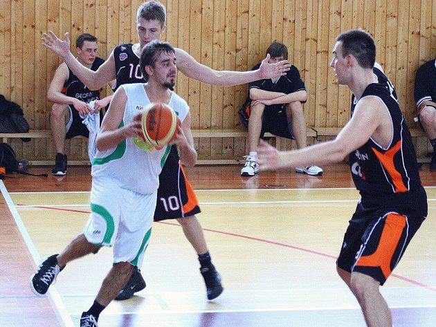 Šumperští basketbalisté (bílé dresy) v utkání s Novým Jičínem