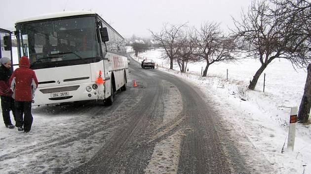 Srážka audi s autobusem u Uhelné