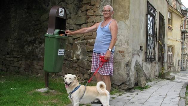 Ota Bašta speciální koše na psí exkrementy přivítal. Úklid po svém pejskovi bere jako samozřejmost.