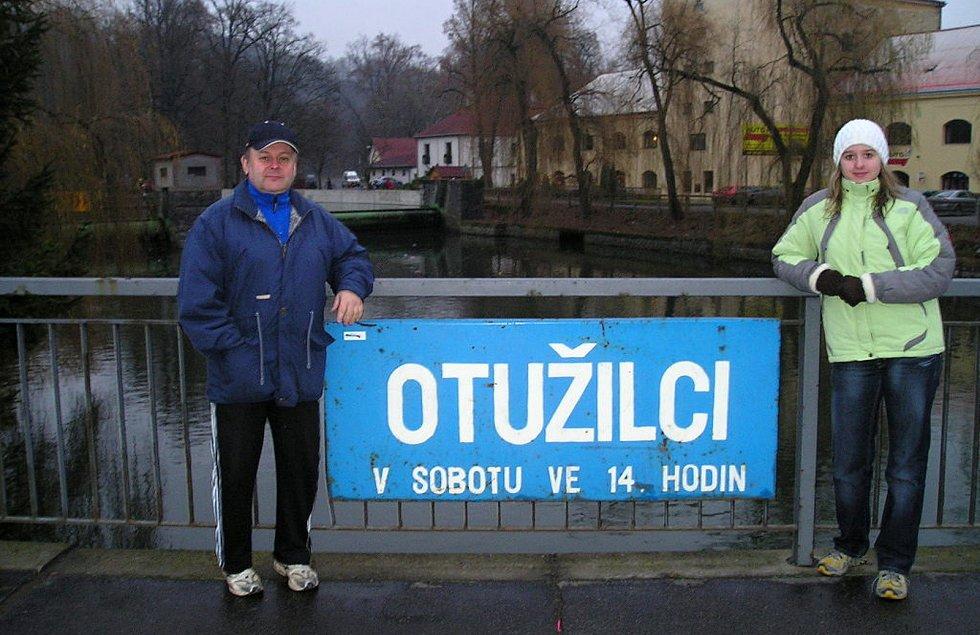 Bohumil Molek u plakátu s pozvánkou na závody v zimním plavání.