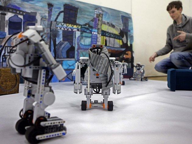 Roboti studentů jesenického gymnázia hrají divadelní hru Karla Čapka RUR.