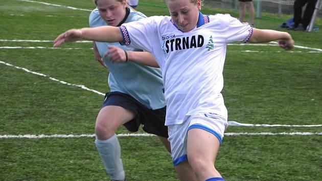 Iveta Čulíková (vzadu v tmavším dresu) umí fotbal i hokej