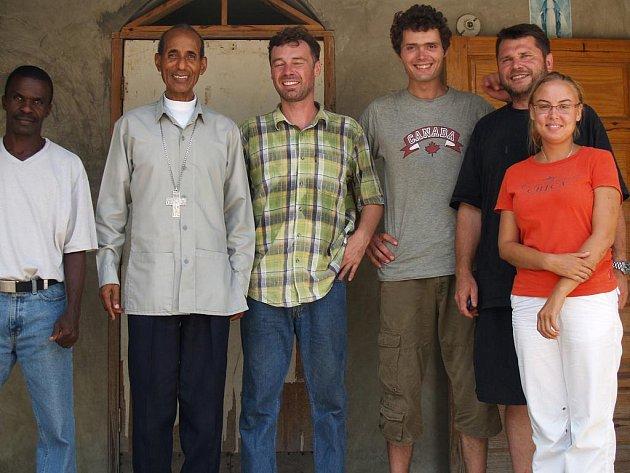 Eva Dostálová při minulé haitské misi. Třetí zprava stojí technik Filip Hlásný, uprostřed je misionář Roman Musil