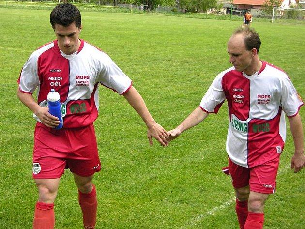 Hráči Loučné si gratulují (vlevo je Petr Jurča, nejlepší střelec týmu), porazili Litovel.