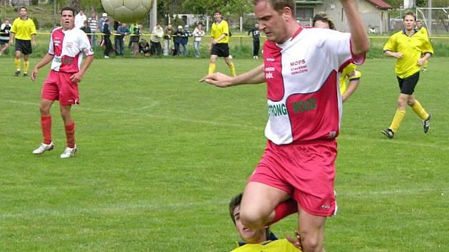 Hráč Loučné přeskakuje soupeře z Vikýřovic.