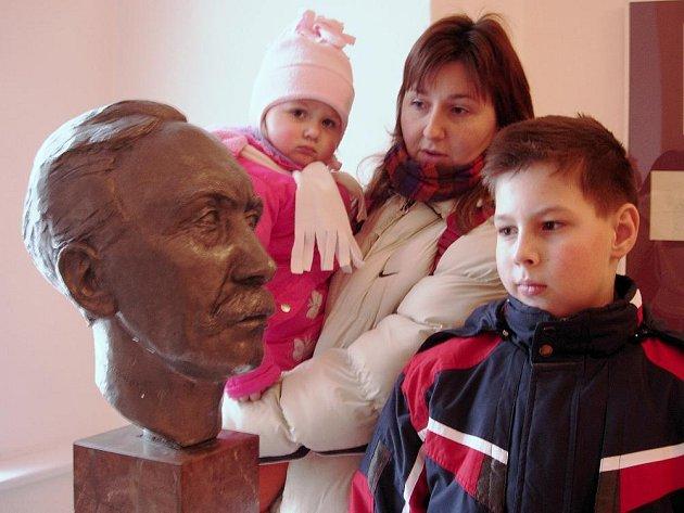 Busta malíře Adfolfa kašpara na výstavě jeho kreseb ve Vlastivědném muzeum v Šumperku.