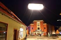 Snímky z nedělního večera, kdy se natáčelo před bývalým kinem Svět.