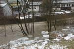 Řeku Březnou blokuje led, voda si vytváří nové koryta
