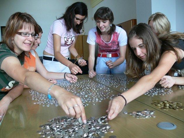 Studentky prvního ročníku gymnázia třídící mince