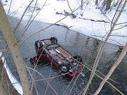 Řidička Škody Felicie, která bourala v úterý 24. ledna v Bohdíkově, skončila po střetu s jiným vozem v korytě řeky Moravy.