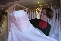 Vydatnou položkou ve svatebním rozpočtu jsou nevěstiny šaty. Například v půjčovně Desiré v Zábřežské ulici v Šumperku stojí půjčení šatů včetně všech doplňků čtyři až čtyři a půl tisíce korun.