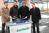 Základní kámen nového závodu poklepali také starosta Zábřehu František John a jednatelé firem Sulko a Sunwin Libor a Petr Suchánkovi(na snímku zprava)